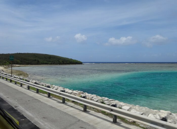 グアム海岸沿いの道