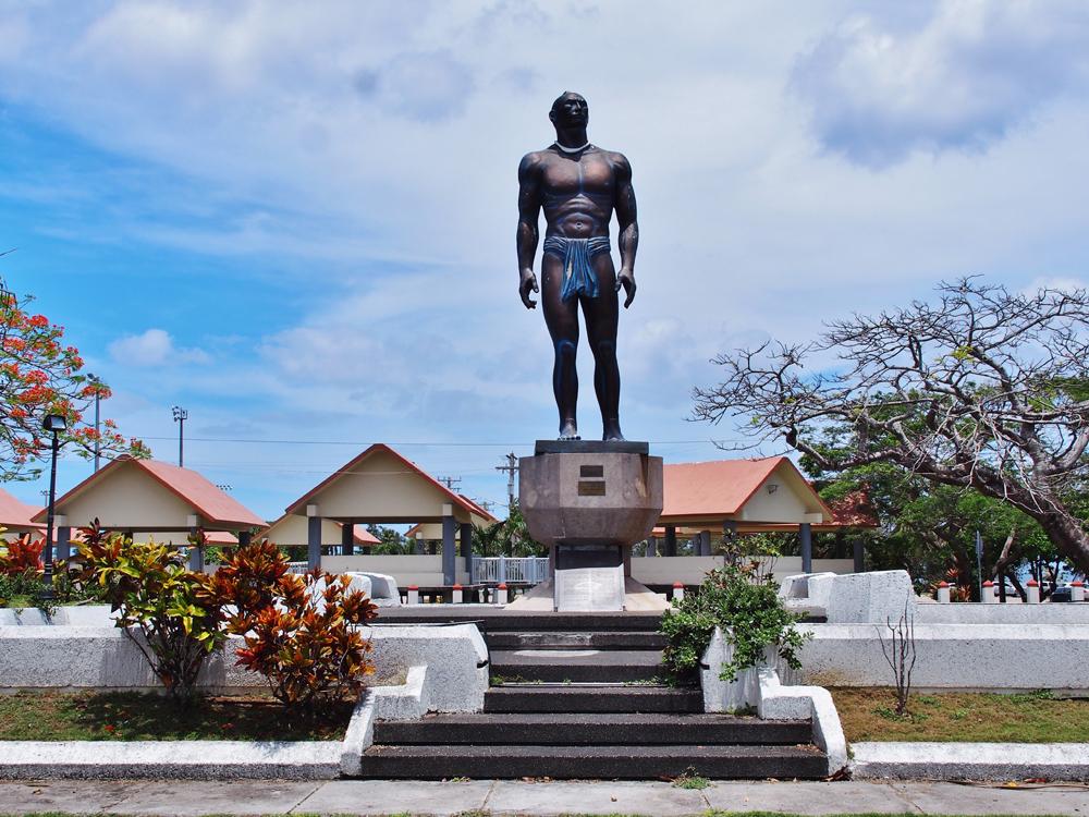 ハガニアのロータリーに建つ大酋長キプハ像
