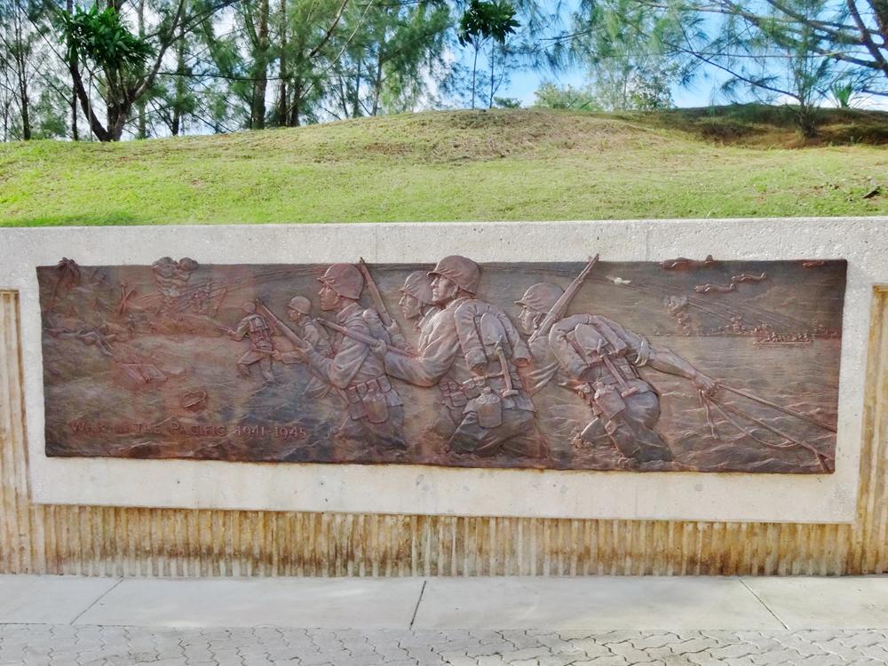 グアムに上陸する米兵のレリーフ(アサン展望台)