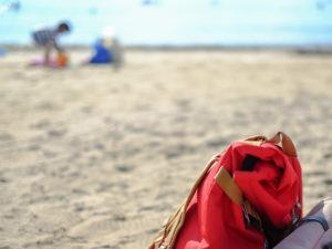 砂浜に置いた荷物
